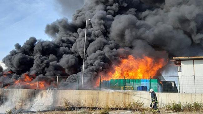Antalya'da korkutan yangın! Yanan plastik kasaların dumanı göğü kapladı