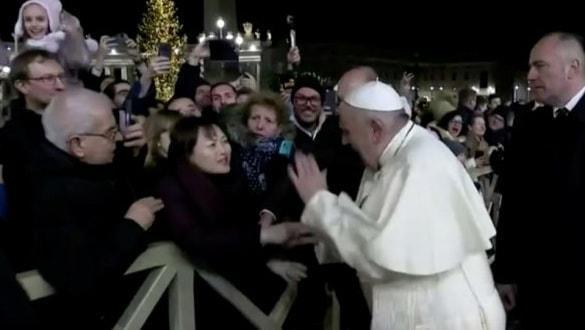 Papa'dan kadına şiddet! Dünya bu görüntüyü konuşuyor