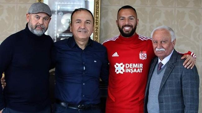 Yasin Öztekin kendisini Sivasspor'a bağlayan imzayı attı