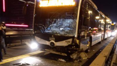 Metrobüs yolunda feci kaza! Motosiklet metrobüsle çarpıştı