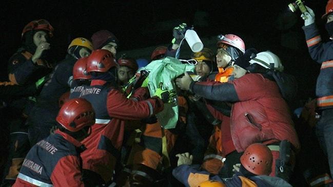 2,5 yaşındaki kız çocuğu ve annesi sağ olarak kurtaraldı