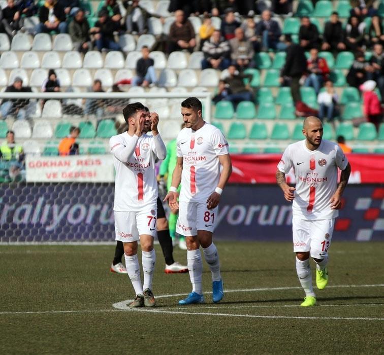 Antalyaspor'da Jahovic, kafa travması şüphesiyle hastaneye kaldırıldı