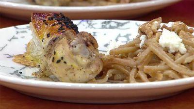 Milföylü tavuk ve erişte nasıl yapılır? Gelinim Mutfakta fırında milföylü tavuk ve erişte tarifi
