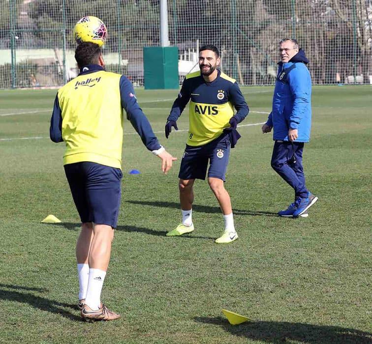 Derbi hazırlıklarını sürdüren Fenerbahçe, pas ve taktik çalıştı