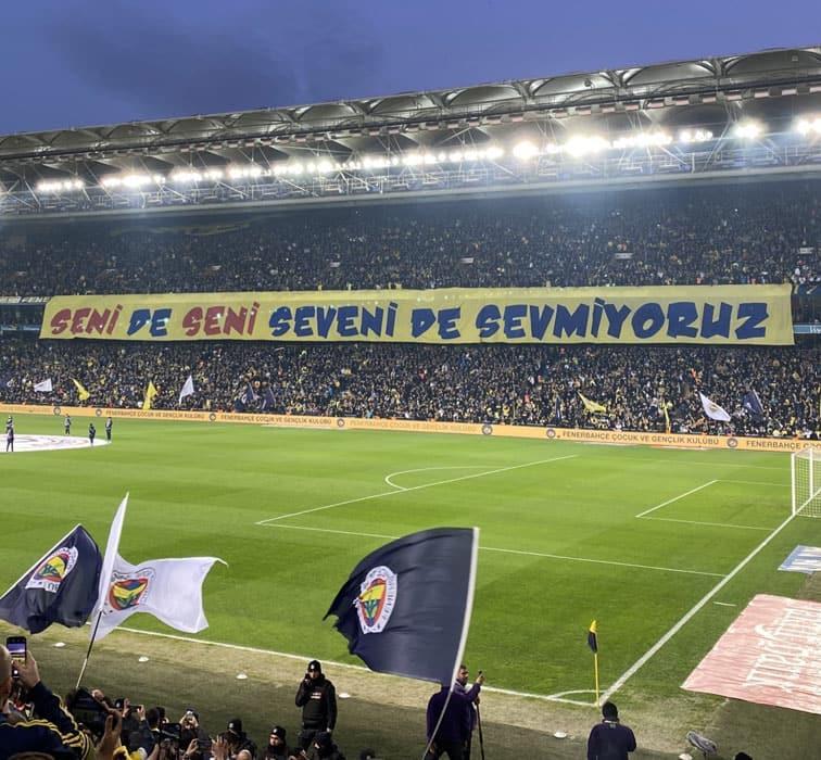 Fenerbahçe'den Galatasaray'a pankart cevabı: Yıllardır mottoları 'Seni sevmeyen ölsün'