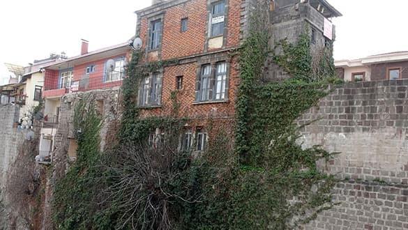 Tarihi kale tehdit altında! 'Çok çirkin bir görüntü'
