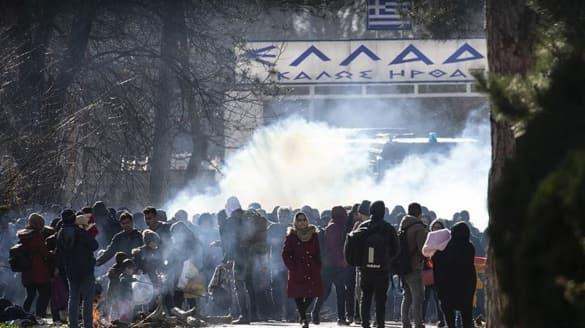 Yunanistan'da mülteci alarmı! Biber gazı ve ses bombalarıyla müdahale ettiler... Miçotakis açıklama yaptı