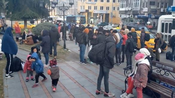 Türkiye'deki sığınmacı ve göçmenler sınır kapılarına akın ediyor