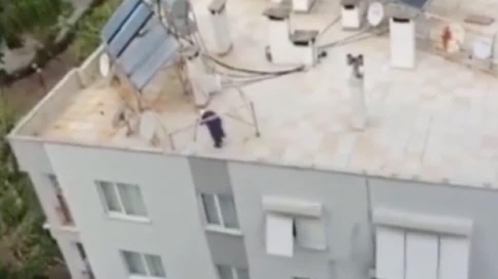Evde kalmaktan sıkılan yaşlı kadın çatıya çıkarak volta attı