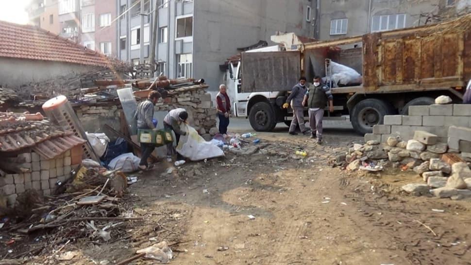 Evin içinden ve bahçesinden 15 kamyon dolusu çöp çıktı