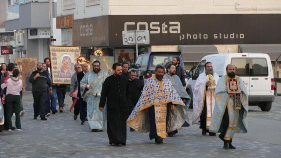 Rum kesimi'nde papazlar sokağa çıkma yasağına rağmen 'koronavirüs' duasına çıktı