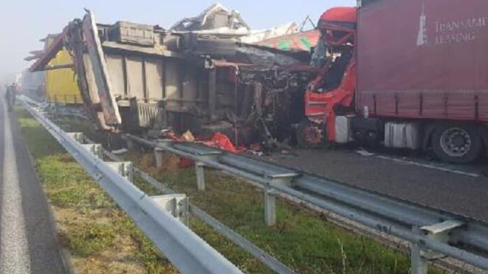 Korkunç kaza: 22 tır birbirine girdi