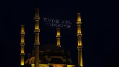 İstanbul'da Beraat Kandilinde mahya aracılığıyla 'Evde kal' mesajı