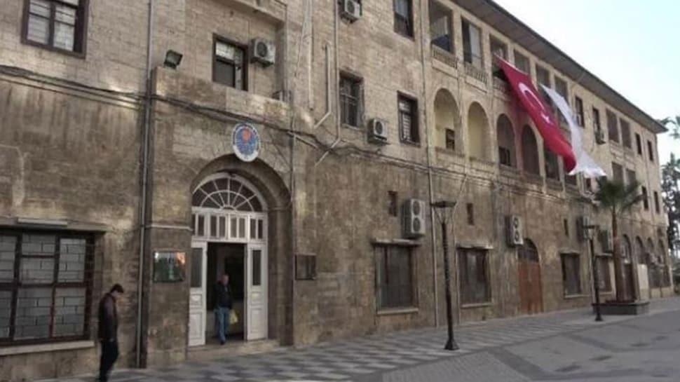 Mersin Belediyesinin önüne erzak kolisi atan işçi: HDP'lileri işe almak için ekmeğimizle oynadılar!