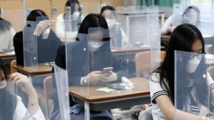 Güney Kore'de okullar sıkı önlemler çerçevesinde kademeli olarak açılıyor