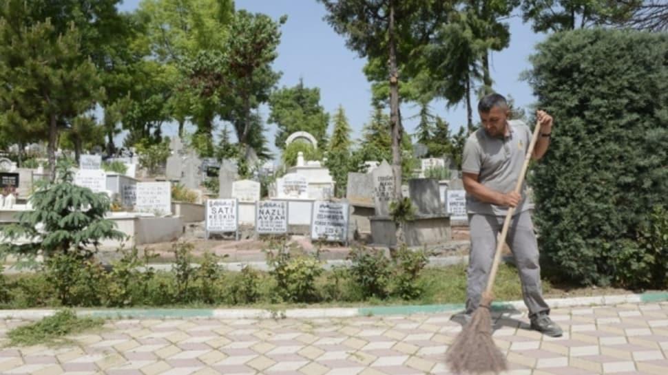 Çorum Belediyesi'nden mezarlık ziyaretinde 'sosyal mesafe' uyarısı