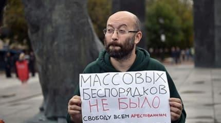 Tek başına gösteri yapan Rus gazeteciye 15 gün hapis cezası verildi