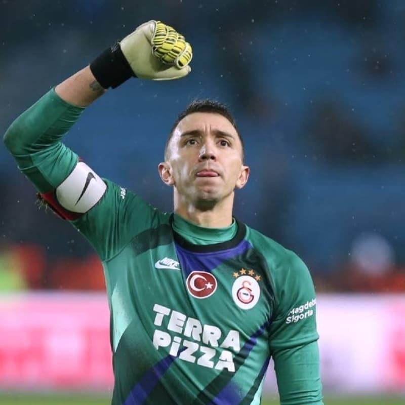 Galatasaray'da Muslera sürprizi! Bonservissiz gidebilir...
